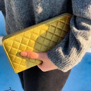 محفظة ذهبية مخملية