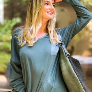 חולצה וי ירוקה שילוב כיס