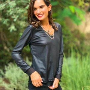 חולצה וי שחורה דמוי עור בסיומת שיפון פליסה
