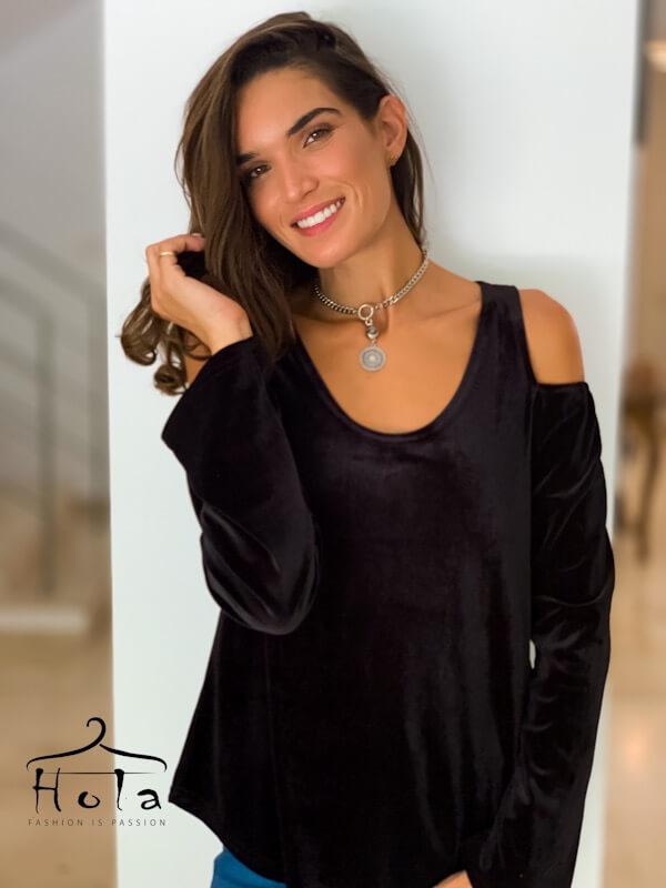 قميص مخملي أسود مفتوح عند الكتفين