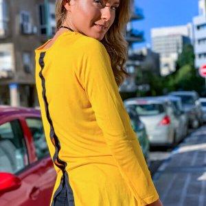 חולצת וי צהובה שילוב פתח בגב
