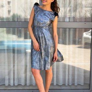 فستان منكمش يشبه الجلد الفضي الأسود