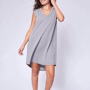 فستان بدون أكمام بطباعة أبيض وأسود بقصة