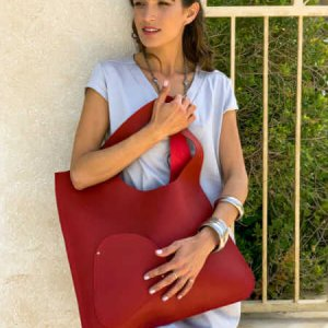 حقيبة جانبية حمراء تشبه الجلد