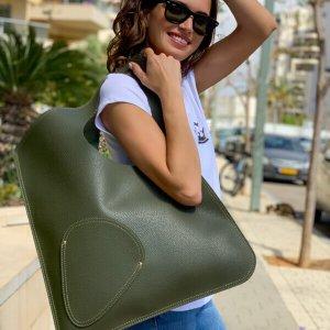 حقيبة جانبية خضراء تشبه الجلد