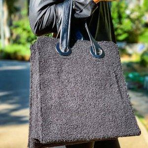 תיק צד שחור צמר ורצועות בדמוי עור