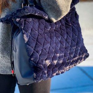 حقيبة مخملية زرقاء تجمع بين المخمل والجلد المقلد