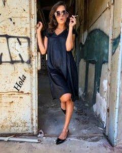 שמלה וי בגזרת a דמוי עור שחור