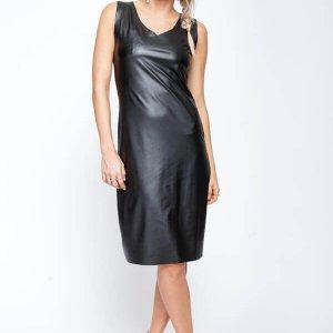 שמלת דמוי עור שחורה גזורה