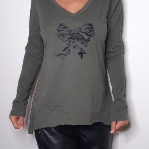 قميص على شكل V من قطن الزيتون الأخضر