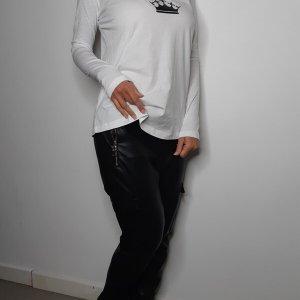 חולצה וי לבנה מודפסת בגזרת a כיווץ כותנה