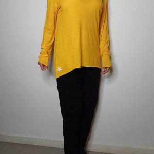قميص أصفر على شكل V من القطن