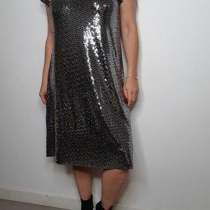 שמלה מנצנצת בגזרת a כסופה