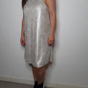 فستان ضيق يشبه جلد الجمل