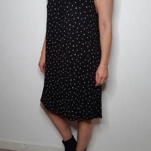 فستان ضيق من القطن بنقاط سوداء