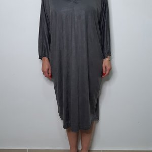 فستان نوم رمادي فولاذي مصنوع من جلد صناعي مجعد