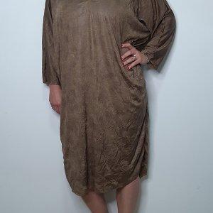 فستان من الرخام البني مصنوع من جلد صناعي مجعد