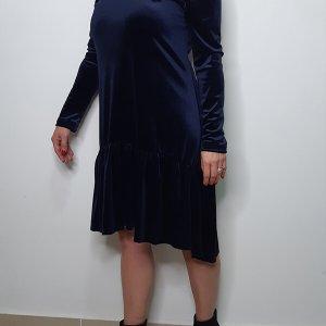 فستان من المخمل الأزرق