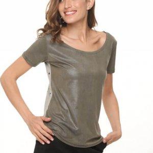 قميص أخضر يشبه الجلد مع مزيج من القطن المثقب