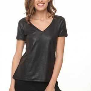 חולצת וי דמוי עור שחורה שילוב כותנה מחוררת