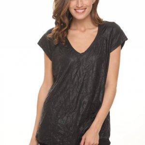 قميص أسود يشبه الجلد المجعد