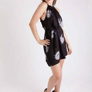 فستان أسود بطبعة زهور من ماجي