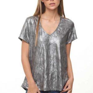 قميص وردي يشبه الجلد الفضي الأسود