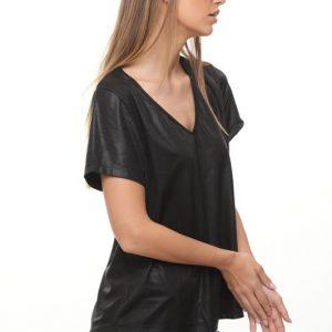 قميص مزخرف يشبه الجلد الأسود