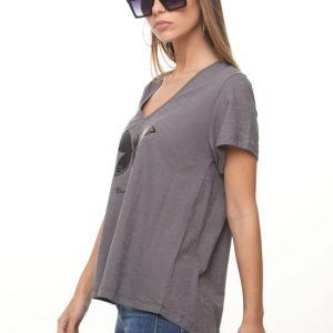 قميص بأشكال فراشات رمادية اللون