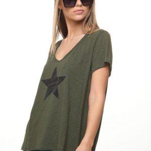 قميص قميص أخضر نجم كبير