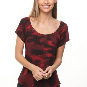 قميص باللون الأسود والأحمر