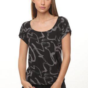 قميص ملطخ باللون الأسود