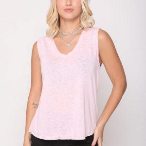قميصها باللون الوردي