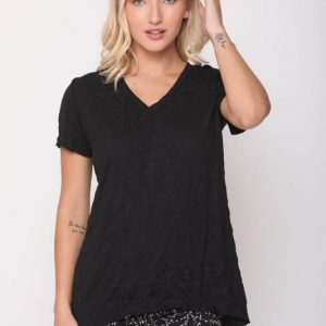 قميص جيب أسود متجعد